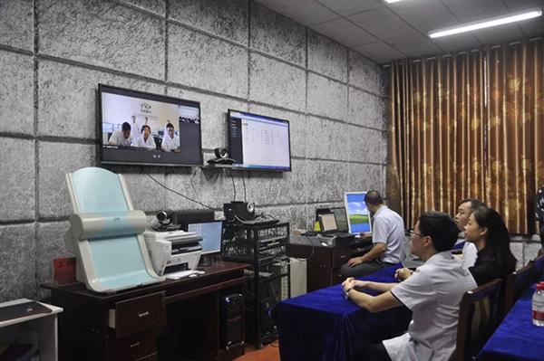 """何氏眼科""""智慧医疗助力精准扶贫""""防盲模式在贵州落地4.jpg"""