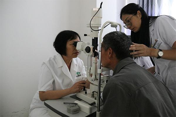 """何氏眼科""""智慧医疗助力精准扶贫""""防盲模式在贵州落地5.jpg"""