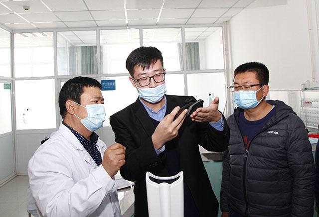 何氏眼科工作人员培训当地医生使用智能筛查设备.jpg
